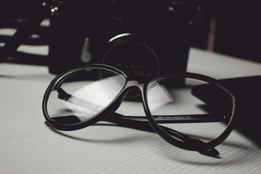Na ciemnym tle okulary.