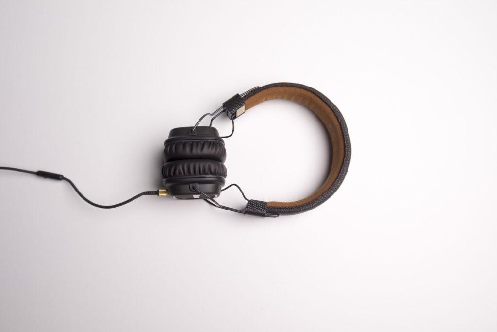 Na białym tle czarne słuchawki.