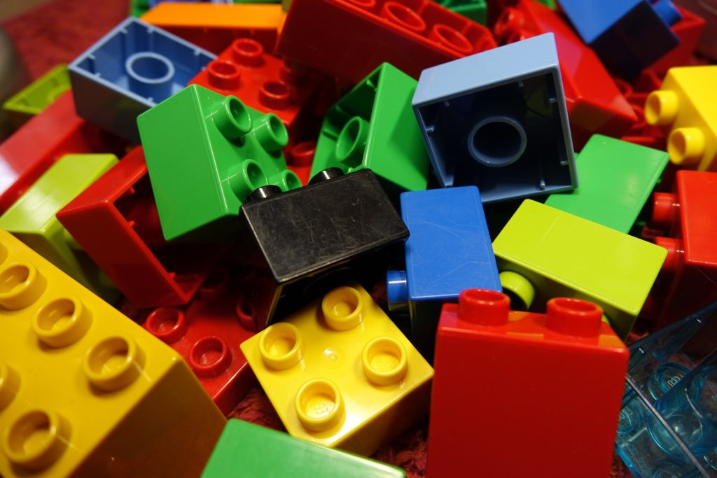Klocki lego w różnych kolorach.