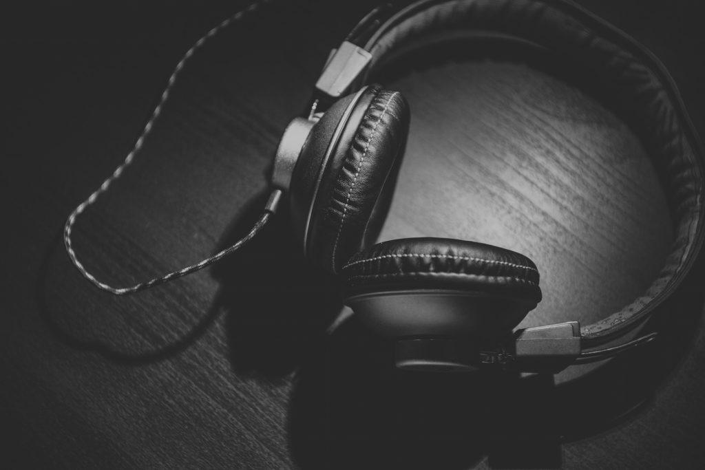 Słuchawki na ciemnym tle.