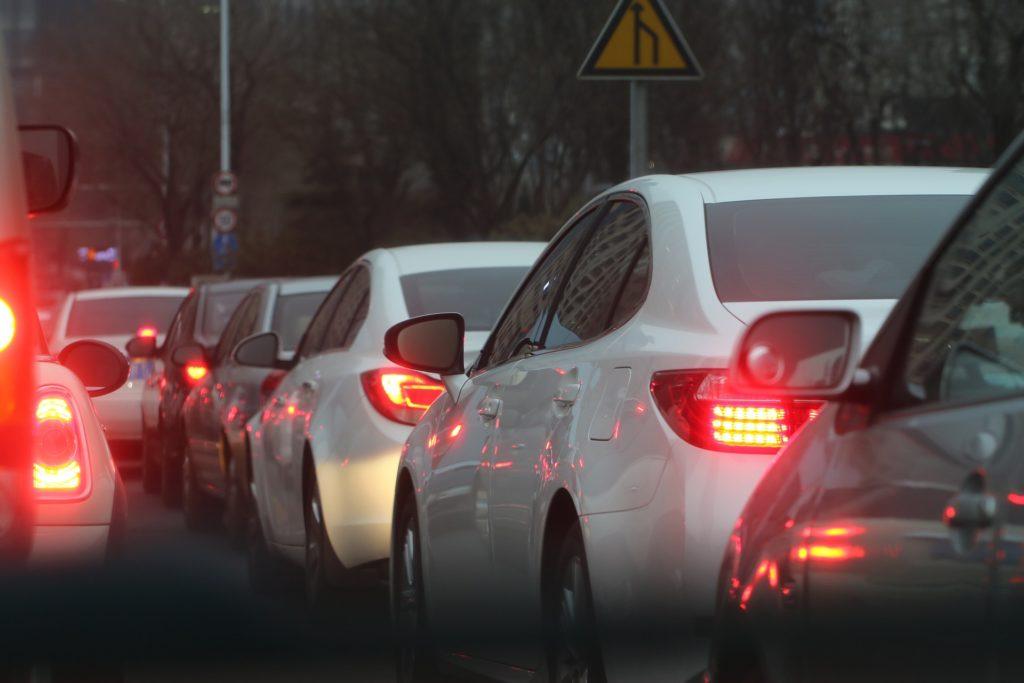 Na zdjęciu kilka samochodów stjących w korku.