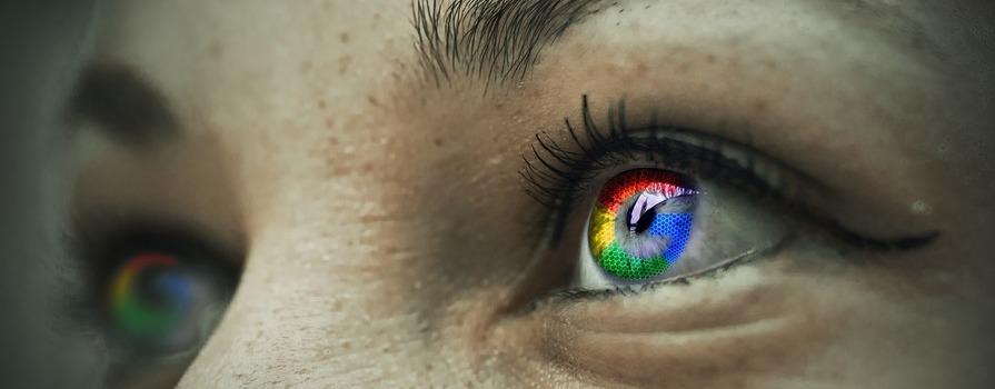 Oczy, w źrenicy których odbija się logo Google