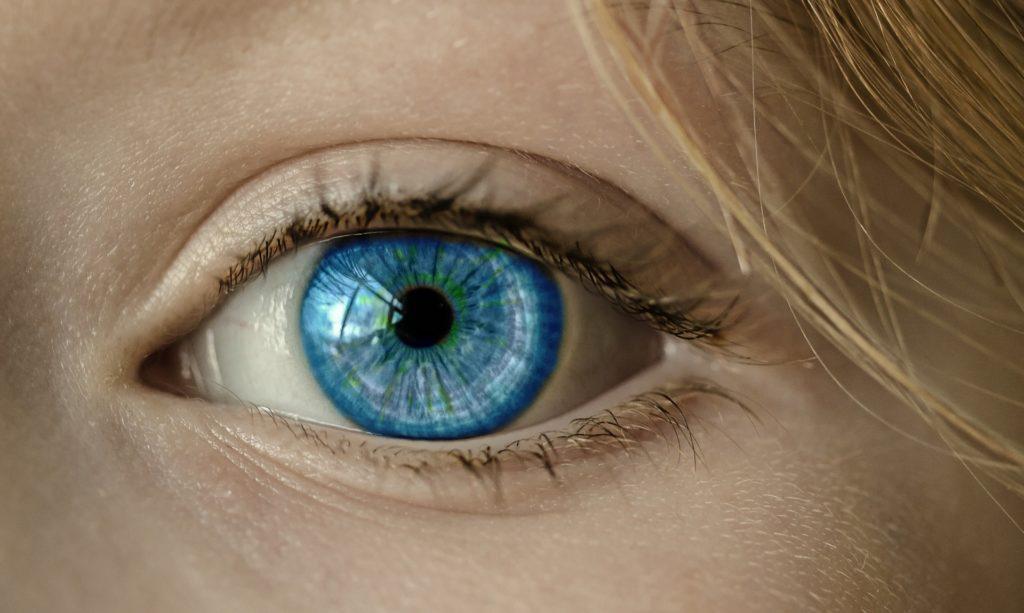 Fragment twarzy przedstawiający niebieskie oko.