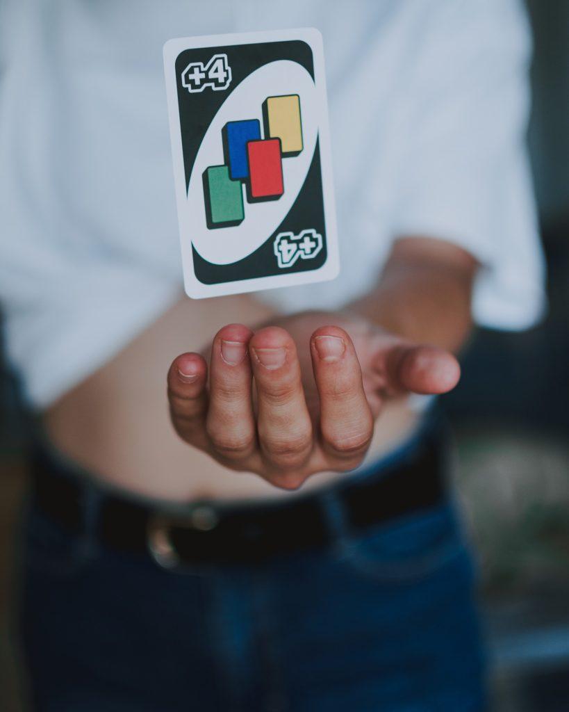 Karta uno w dłoni.