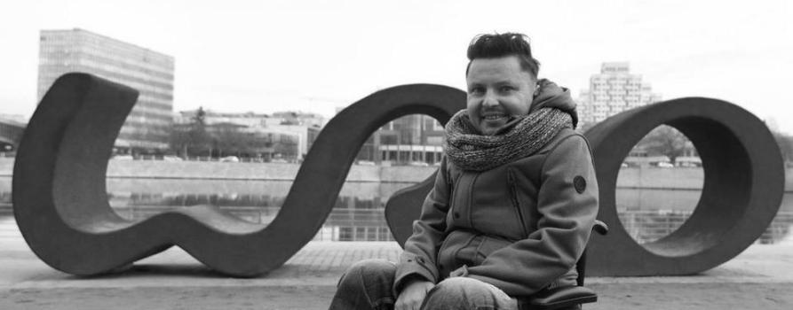 Czarno białe zdjęcia przestawia Bartka Skrzyńskiego.