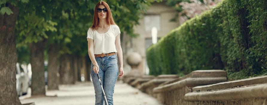 Niewidoma kobieta z białą laską na ulicy. Okulary zdjęcie utworzone przez prostooleh - pl.freepik.com