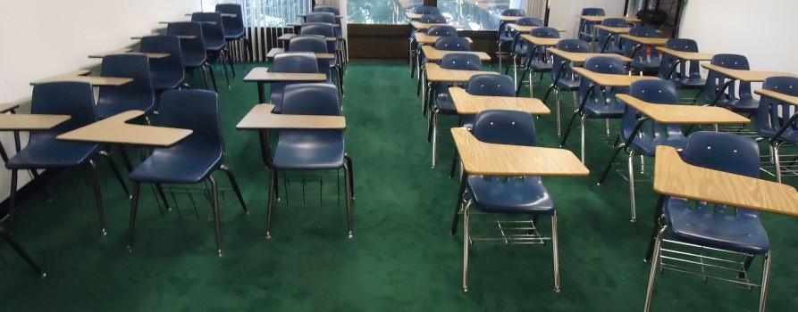 Puste szkolne ławki w klasie.