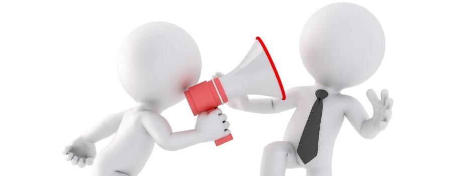 Dwie postaci, jedna przekazuje drugiej informację przez megafon