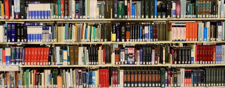 Biblioteka ze zbliżeniem na regał książek