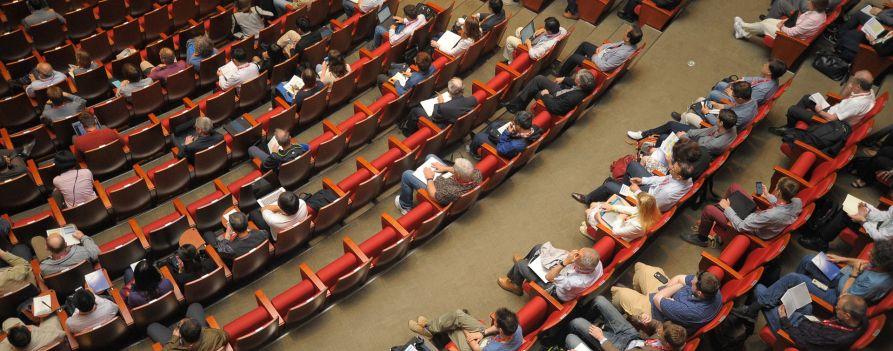 Sala audytoryjna, wykład, zdjęcie widowni wykonane z góry