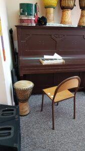 klasa do muzyki z pianinem i bębnem