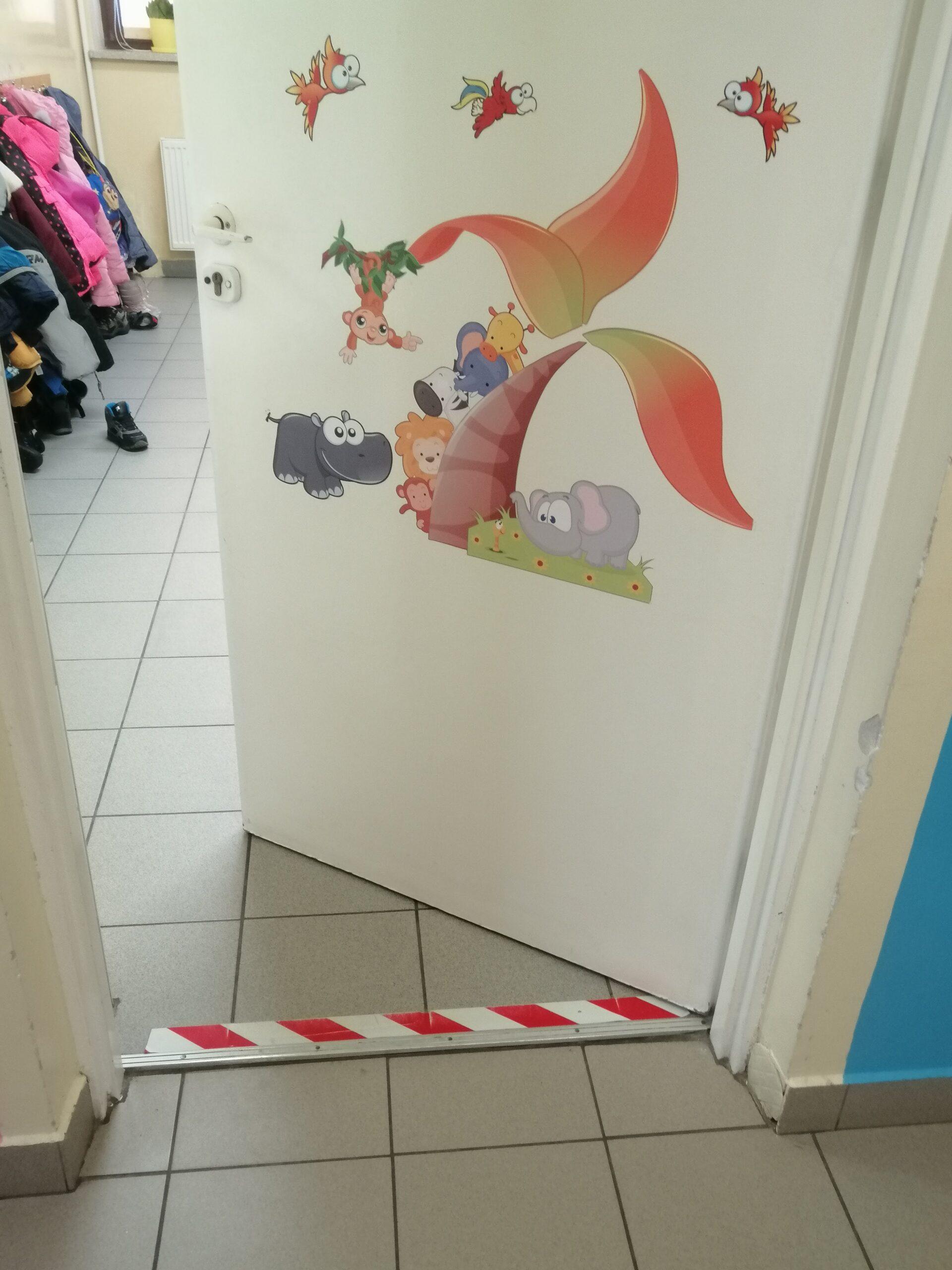 kolorowe drzwi szatni dla przedszkolaków