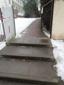 schody przed bramą do szkoły