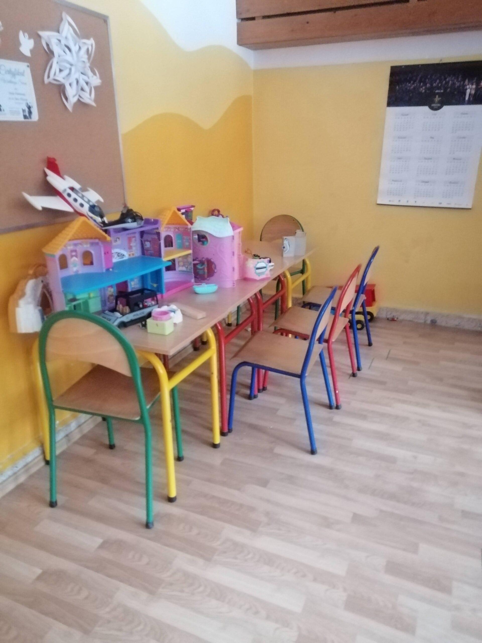 klasa dla najmłodszych uczniów. na małym stoliku domek dla lalek