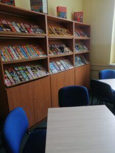 regały z czasopismami w bibliotece szkolnej