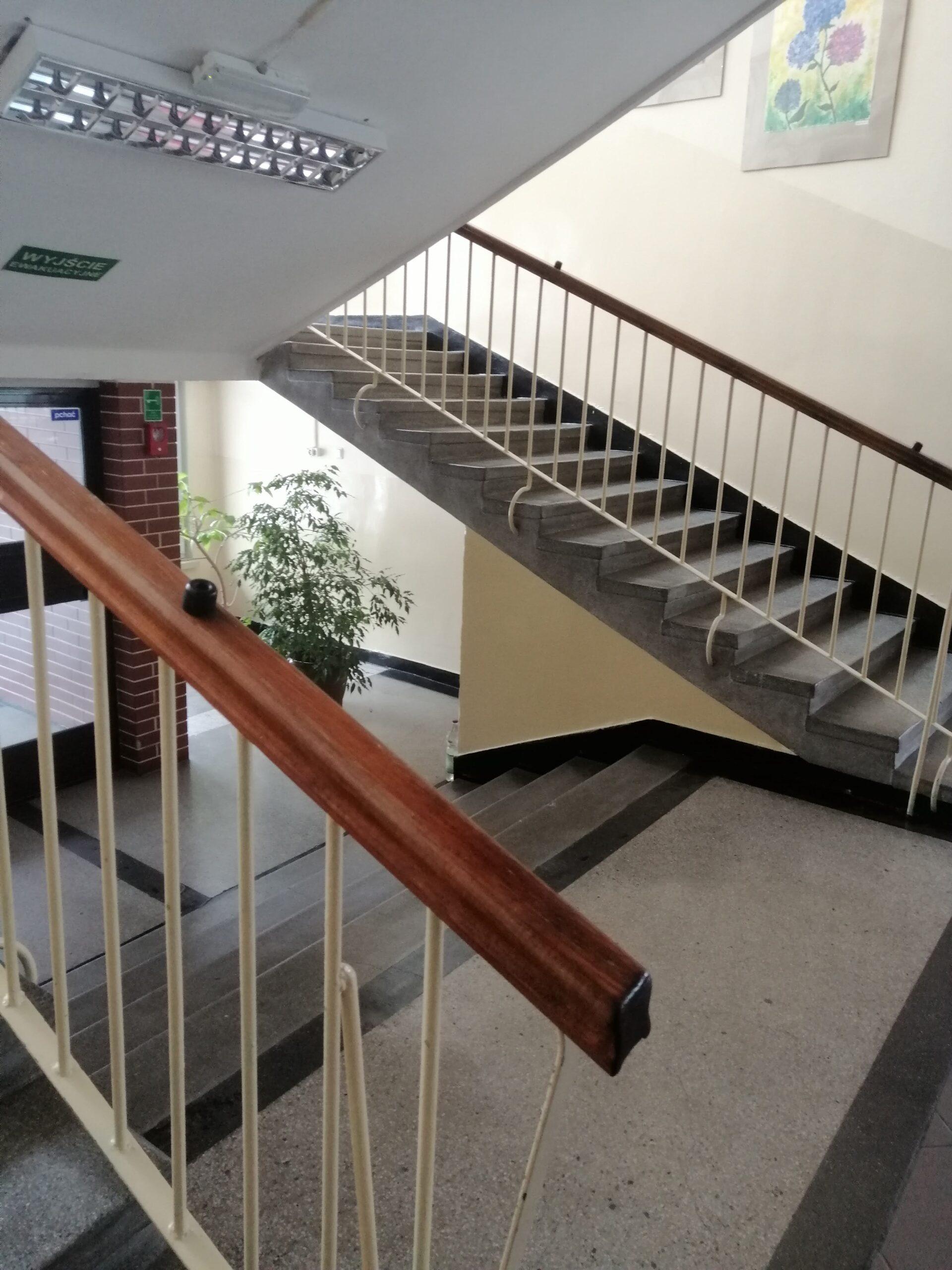 schody wewnątrz szkoły