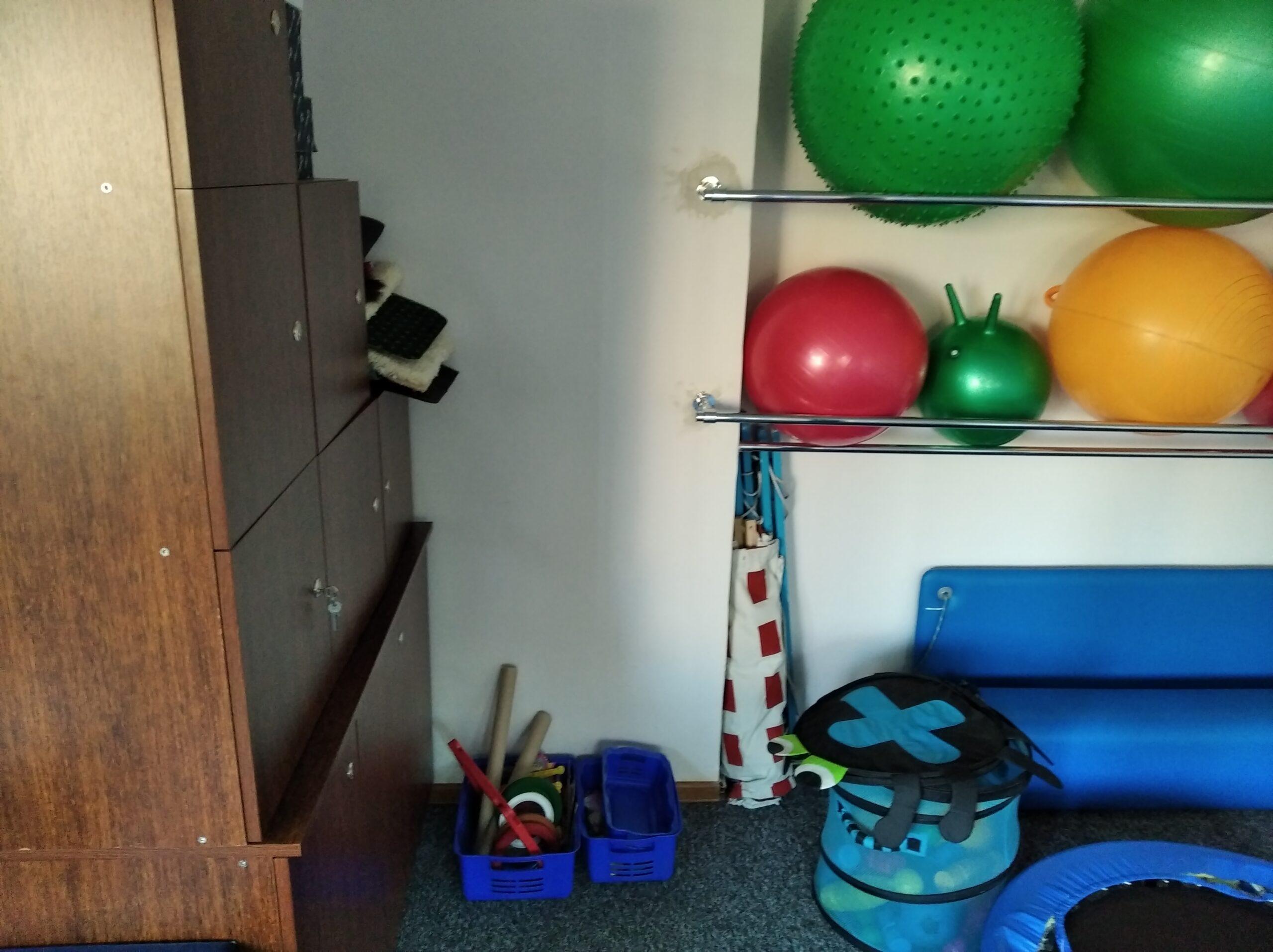 półki z dużymi gumowymi piłkami