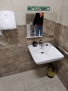 umywalka w szkolnej toalecie