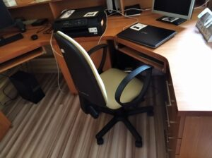 biurko z monitorem i laptopem