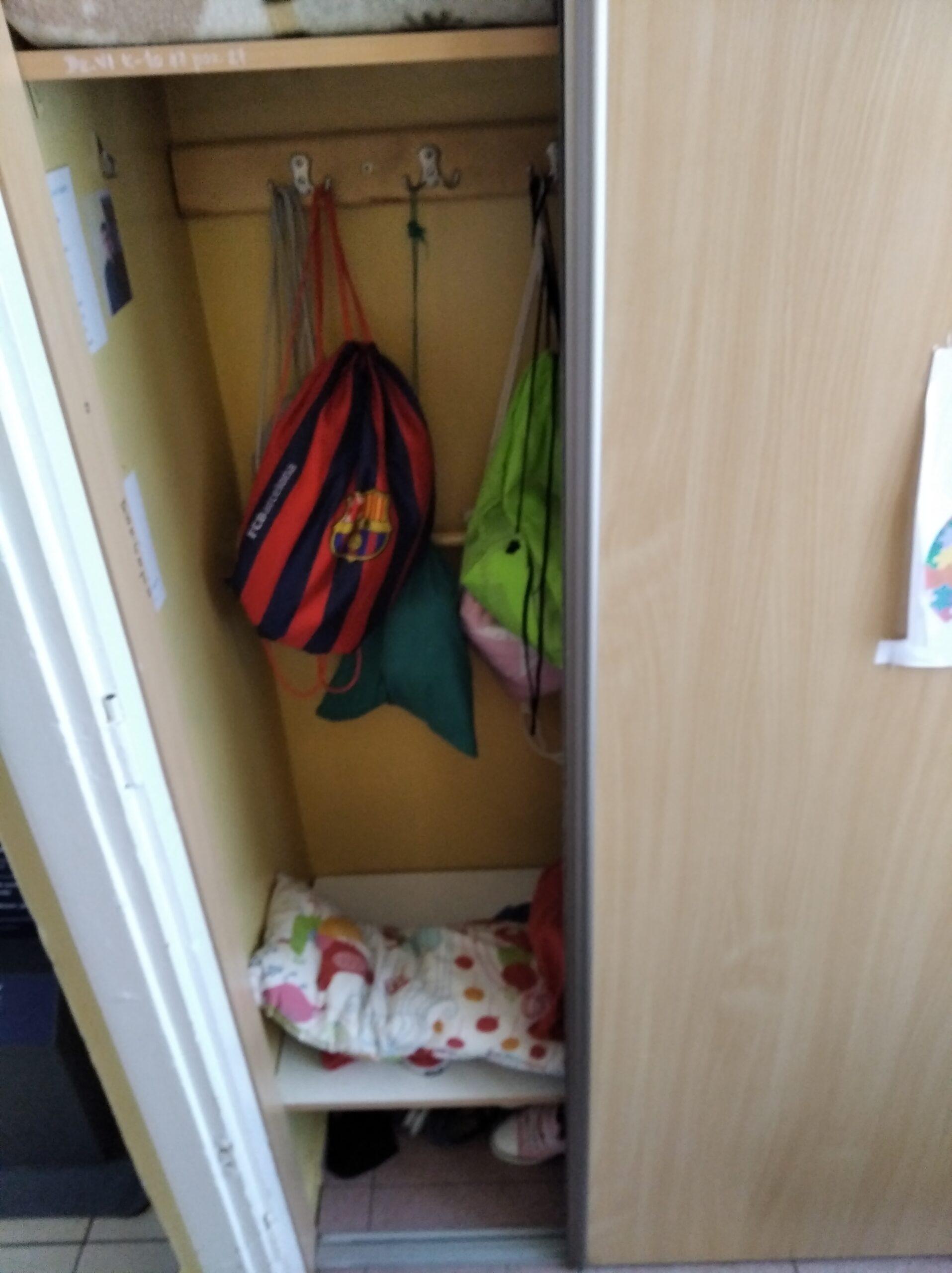 otwarta szafka w szatni szkolnej