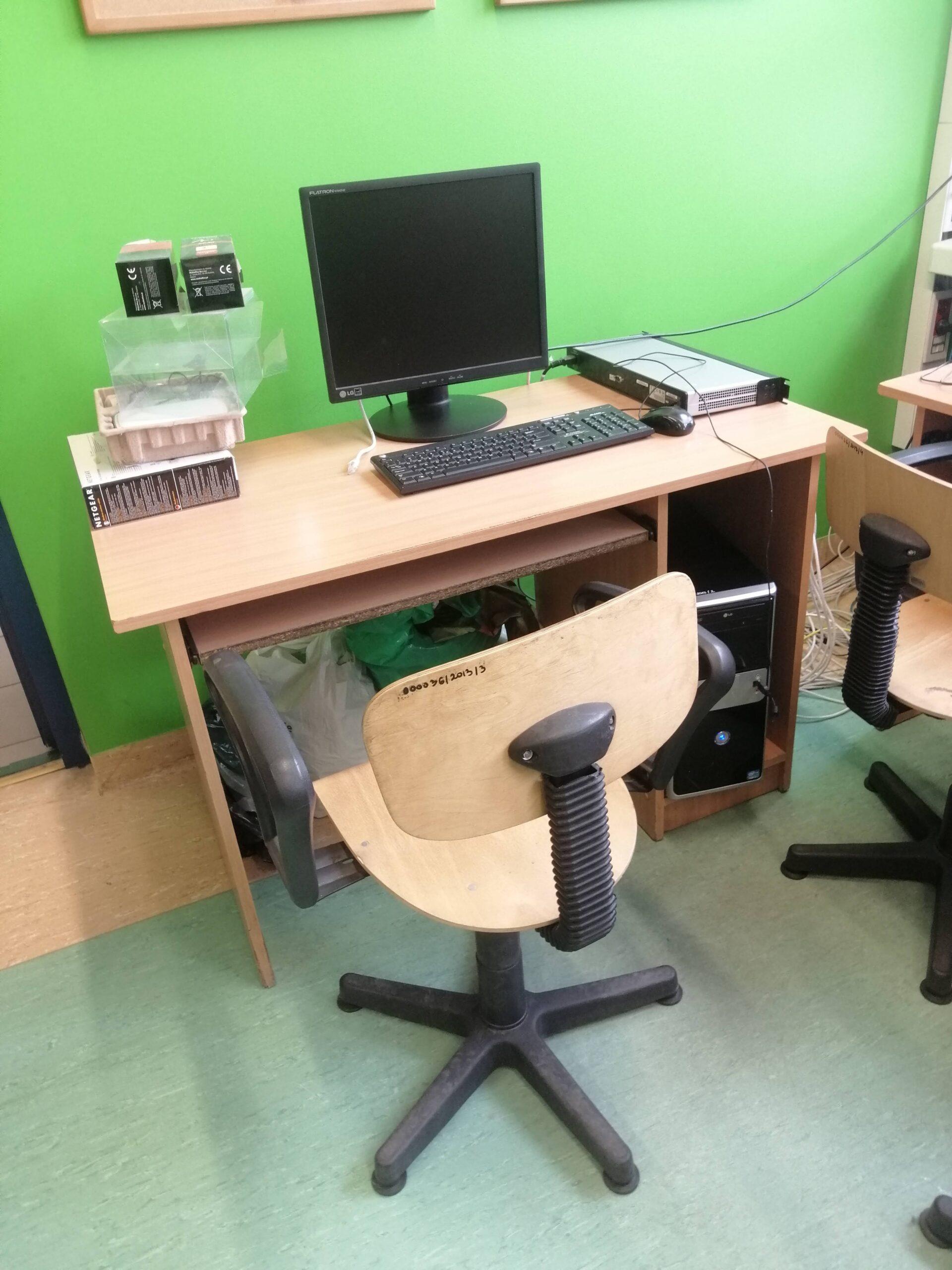 stanowisko do pracy w pracowni komputerowej