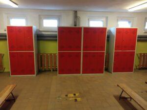 pomieszczenie szatni z czerwonymi szafkami