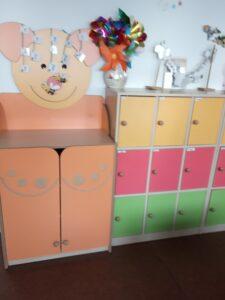 klasa dla najmłodszych z kolorowymi szafkami w zwierzątka