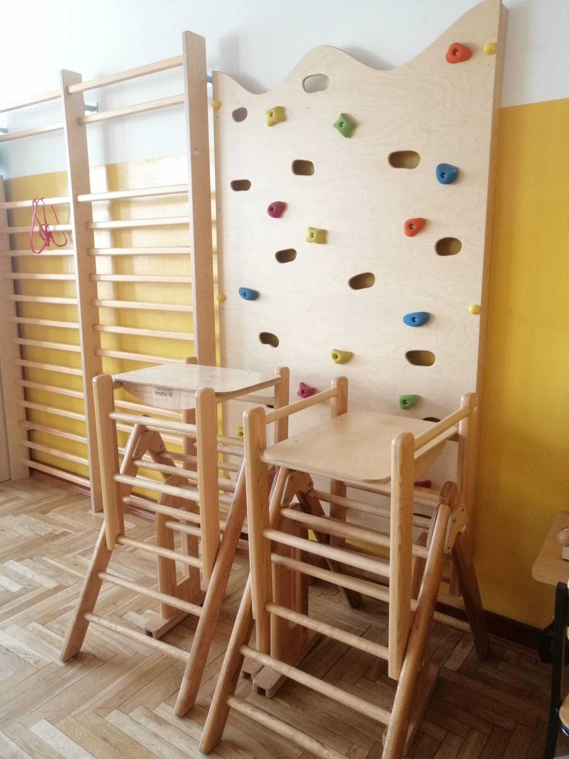 mała drewnianka ścianka wspinaczkowa w sali gimnastycznej