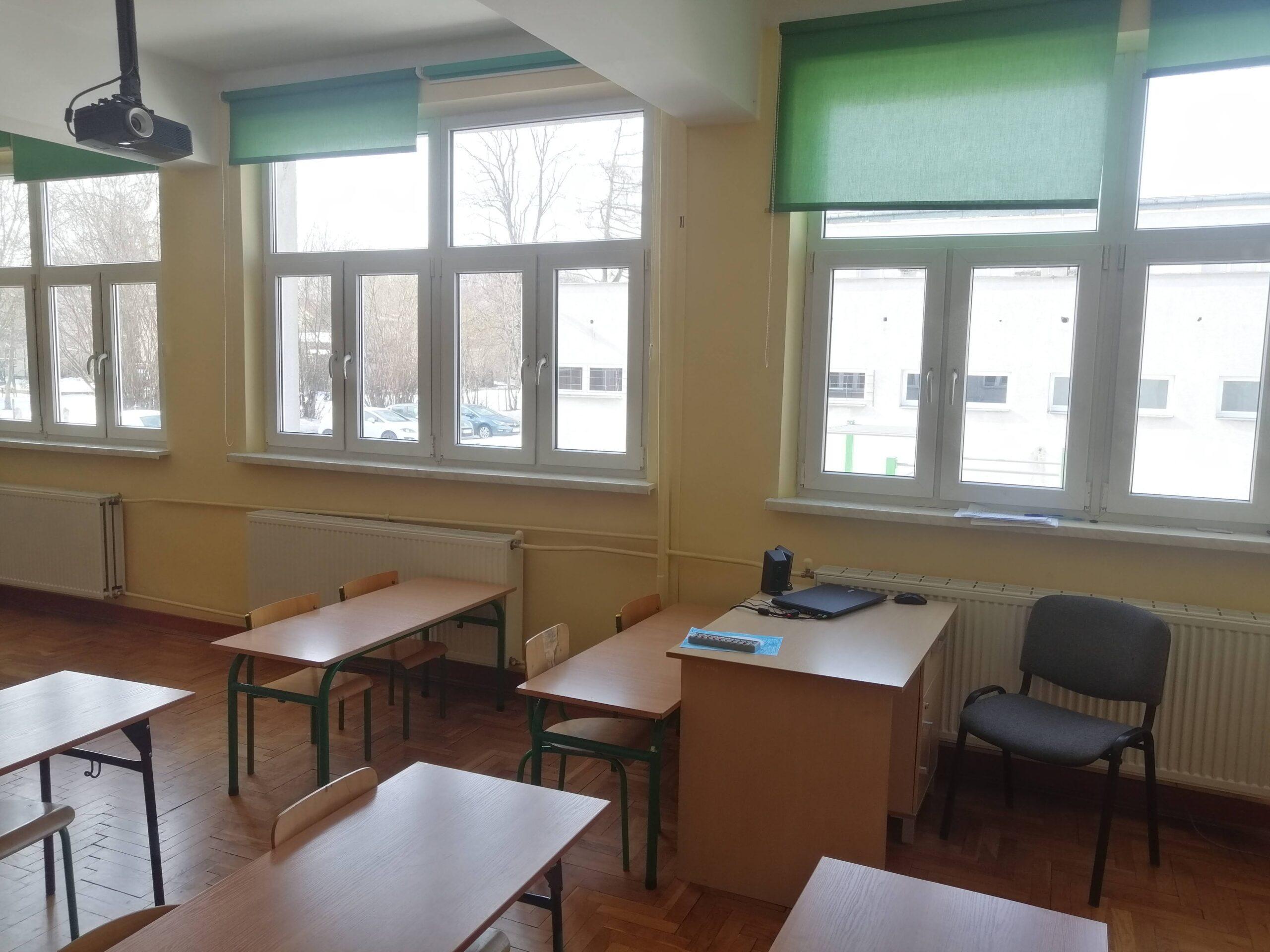 klasa szkolna z dużymi oknami