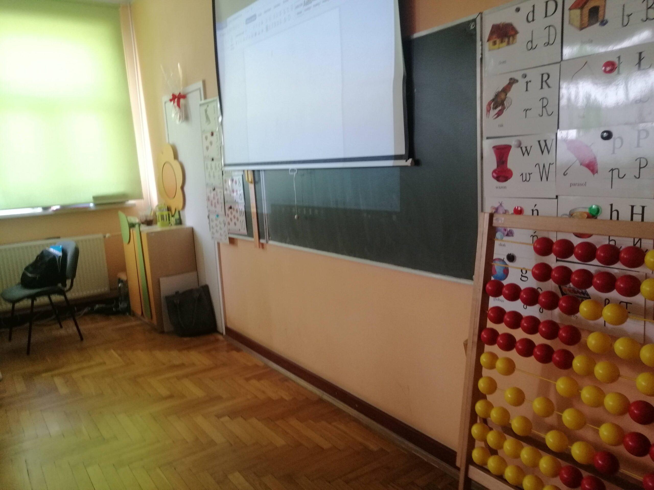 klasa szkolna z tablicą i dużym liczydłem