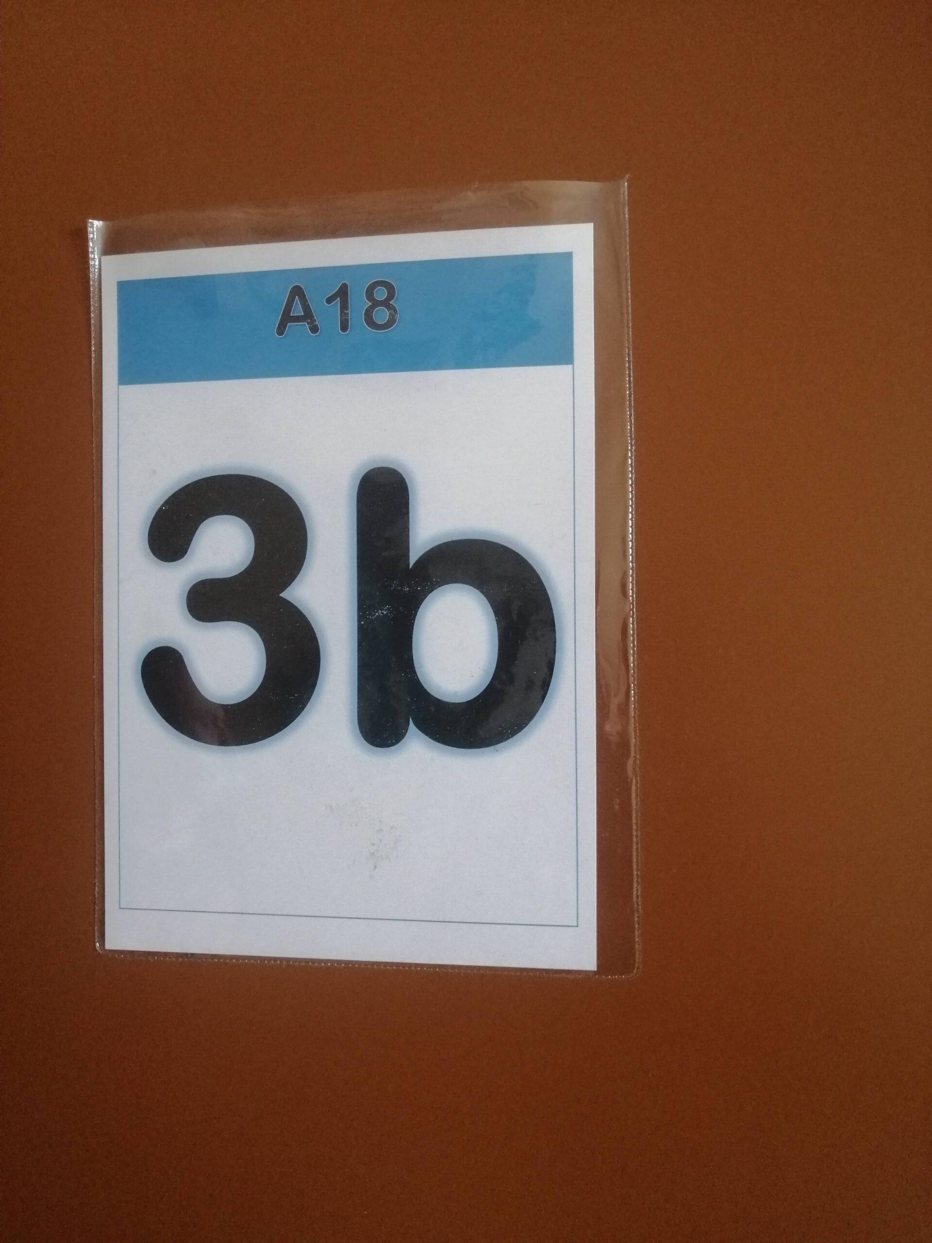 tabliczka na drzwiach z napisem 3b