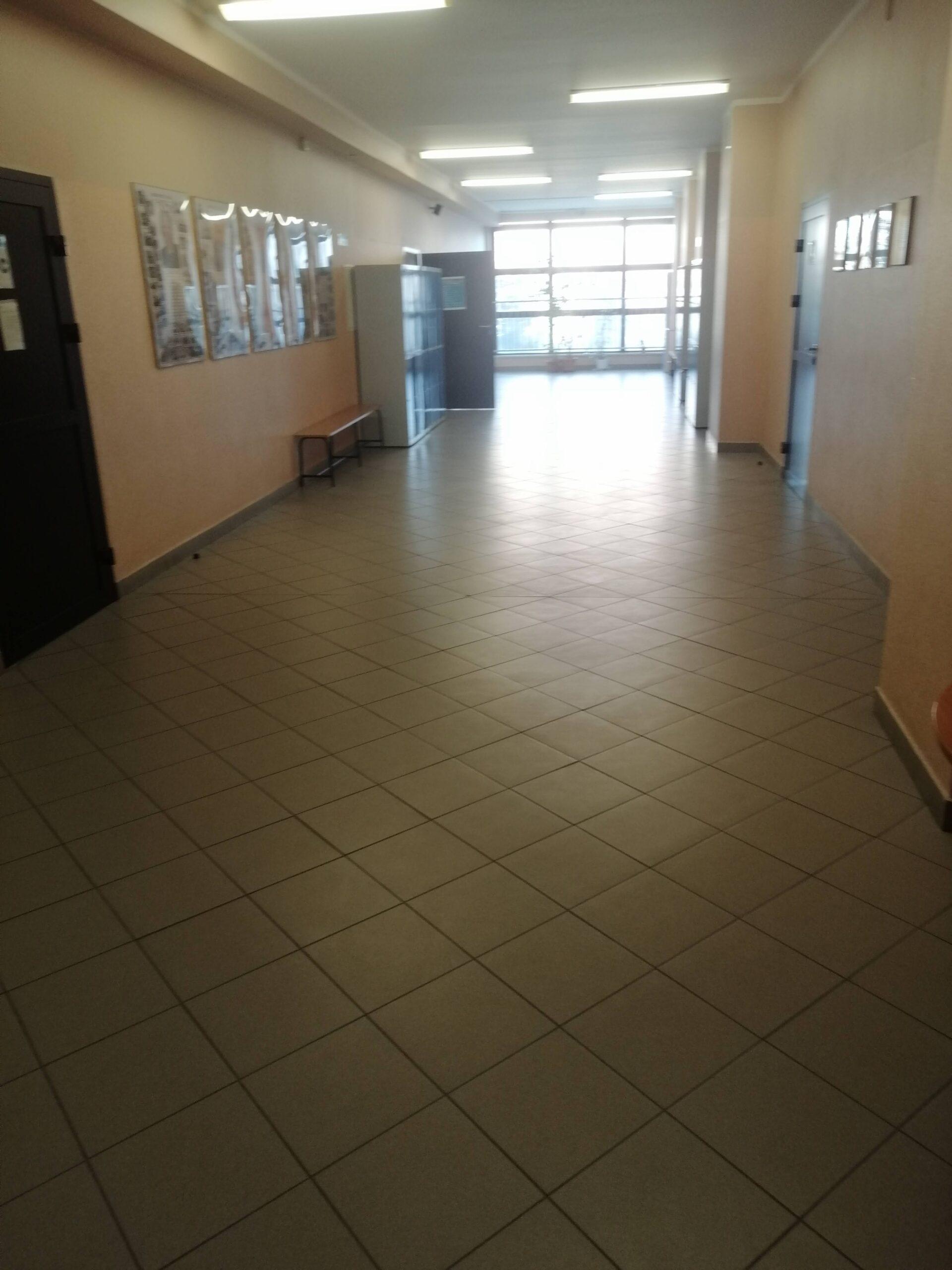 szeroki szkolny korytarz