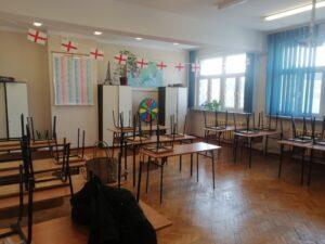 szkolna klasa z ławkami